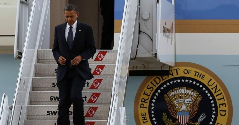 04.jun.2012 - O presidente dos Estados Unidos, Barack Obama, desembarca do avião ?Air Force One? no Aeroporto Internacional John F. Kennedy, em Nova Iorque, nesta segunda-feira (4)