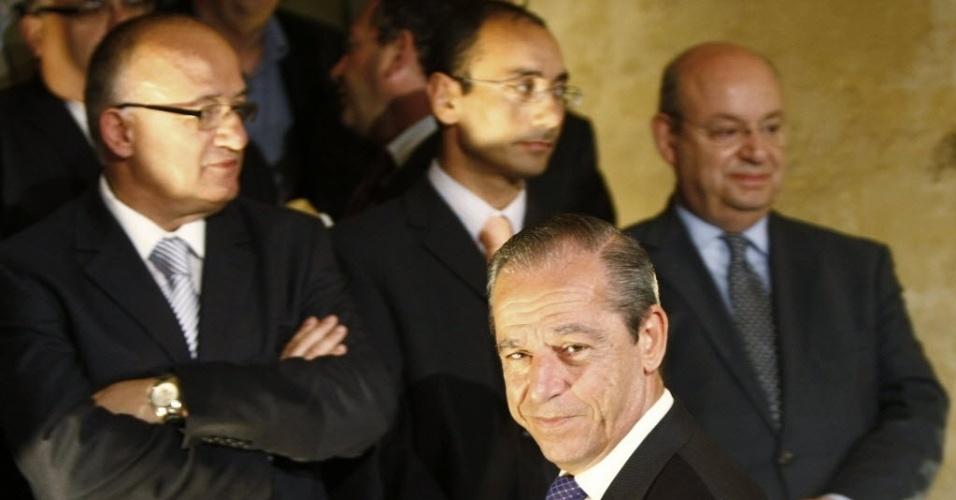 04.jun.2012 - O primeiro-ministro de Malta, Lawrence Gonzi (na frente), chega a uma coletiva de imprensa após ganhar o voto de confiança do parlamento na capital Valeta, nesta segunda-feira (4)