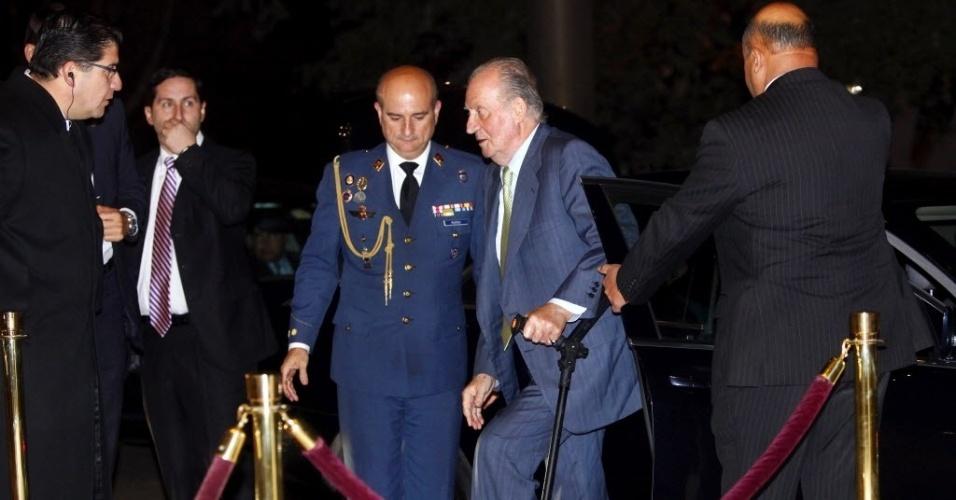 04.jun.2012 - O rei Juan Carlos, da Espanha, durante sua chegada ao Hotel Hyatt en Santiago de Chile, nesta segunda-feira (4). Depois da passagem pelo Brasil, o rei chegou ao país nesta noite para uma reunião com empresários chilenos e líderes latino-americanos