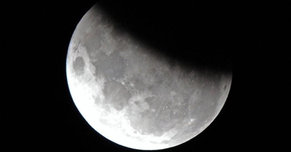 4.jun.2012 - A Lua, 37% coberta pela sombra da Terra durante eclipse lunar parcial visto dos céus de Sydney, na Austrália