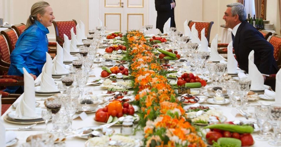 4.jun.2012 - A secretária de Estado norte-americana, Hillary Clinton, senta em mesa com o presidente armênio, Serzh Sarksyan, antes de jantar no palácio presidencial em Ierevan, capital da Armênia