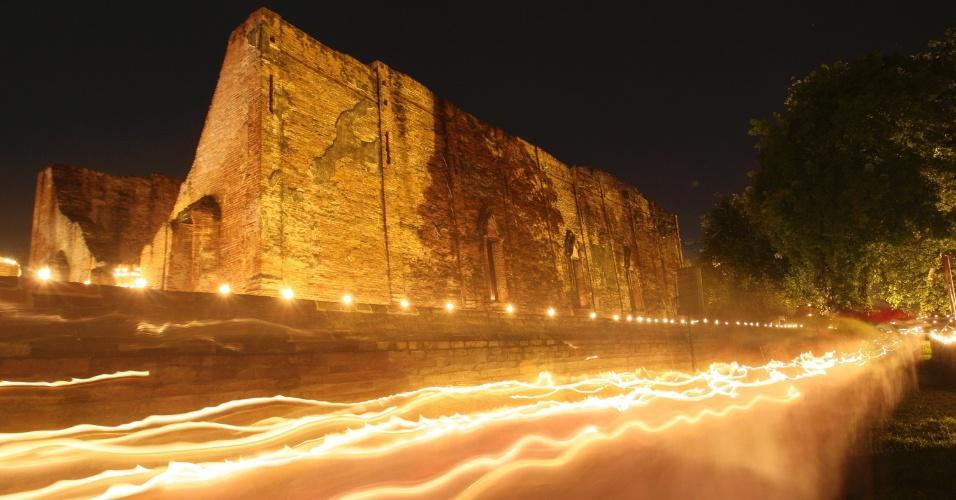 4.jun.2012 - Budistas tailandeses carregam velas em procissão ao lado do templo Wat Mahaeyong, na província de Ayutthaya, na Tailândia. A atividade faz parte do Wesaka Bucha, o feriado mais importante dos budistas, que marca o nascimento, vida e morte de Buda