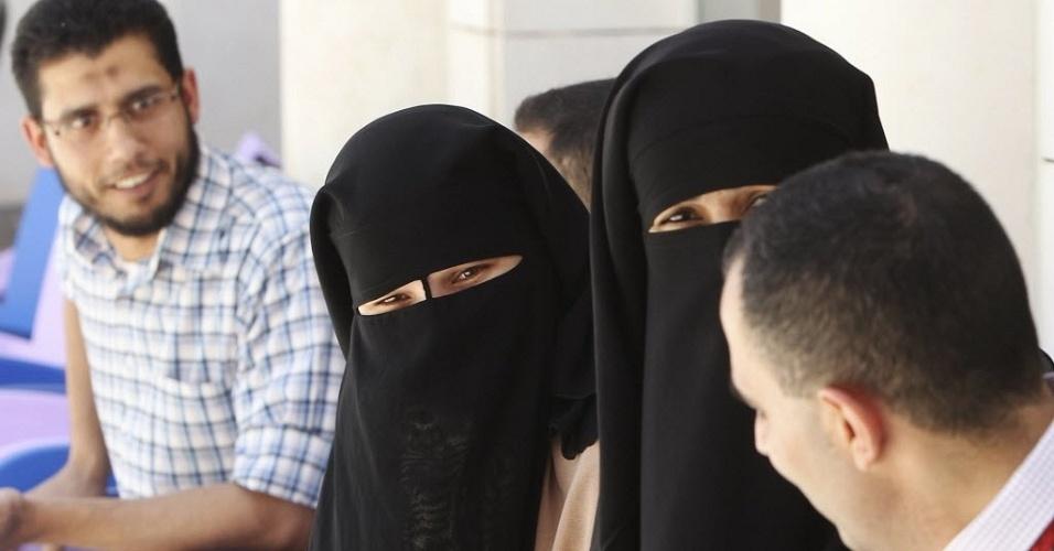 4.jun.2012 - Expatriados egípcios fazem fila para votar na embaixada do Egito em Amã, capital jorndaniana. O segundo turno da eleição presidencial egípcia será realizado nos dias 16 e 17 deste mês