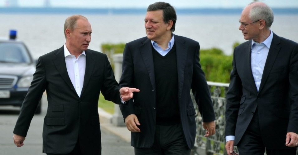 4.jun.2012 - Imagem do dia 3 de junho mostra os presidentes da Rússia, Vladimir Putin (esquerda), da Comissão Europeia, José Manuel Barroso (centro) e do Conselho Europeu, Herman Van Rompuy (direita), durante encontro em Strelna, próximo a São Petesburgo, na Rússia