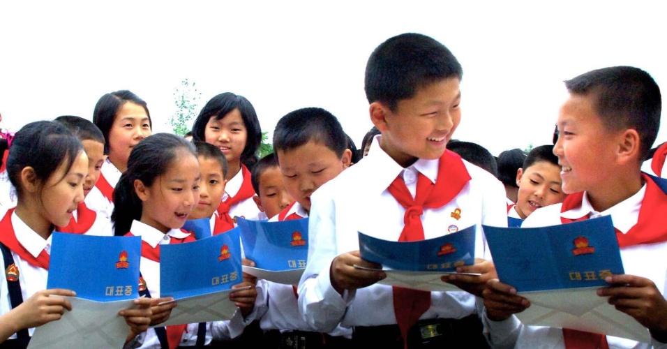 4.jun.2012 - Imagem mostra cerca de 20 mil Membros da União Infantil Norte-coreana celebrando o 66º aniversário da organização no sábado (2) em Pyongyang, na Coreia do Norte