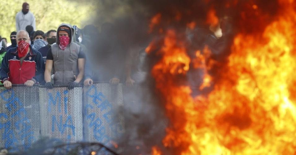 4.jun.2012 - Mineiros queimam pneus e bloqueiam estrada durante protesto em Vega Del Rey, perto de Oviedo, no norte da Espanha. A categoria prepara uma greve em todo o país, organizada pelos sindicatos, contra a redução de subsídios para o setor, prevista para diminuir de 300 milhões de euros para 110 milhões de euros