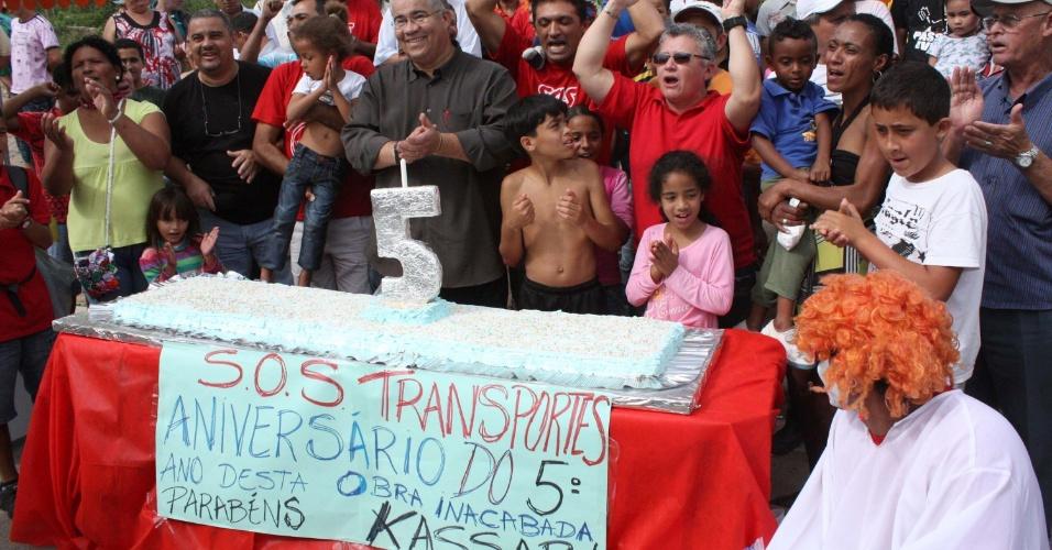 4.jun.2012 - Moradores do bairro Jardim Ângela, na zona sul de São Paulo, realizaram nesta segunda-feira (4) um protesto utilizando um bolo com uma vela de 5 anos, que marca o tempo das obras inacabadas da duplicação da Avenida M?Boi Mirim