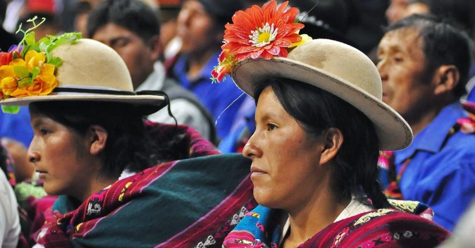 4.jun.2012 - Mulheres indígenas bolivianas, conhecidas como cholas, assistem à cerimônia de inauguração da 42ª Assembleia da Organização dos Estados Americanos, em Cochabamba, na Bolívia. O evento tem como tema central a ?Segurança Alimentar com Soberania nas Américas?