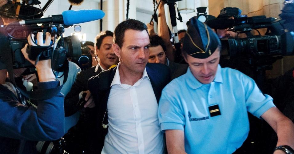 4.jun.2012 - O ex-operador de mercados da Société Générale Jérôme Kerviel (centro) chega nesta segunda-feira (4) a tribunal em Paris, na França, para o primeiro dia de julgamento para recorrer da pena de prisão de três anos