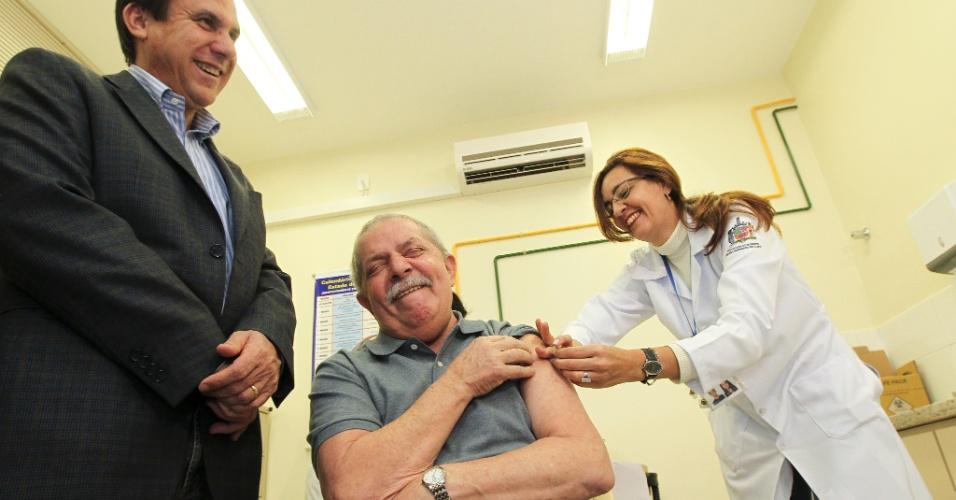 4.jun.2012 - O ex-presidente Lula faz careta após tomar a vacina antigripe, em um posto de saúde em São Bernardo do Campo, acompanhado de Dona Marisa e Luiz Marinho, candidato à reeleição em SBC