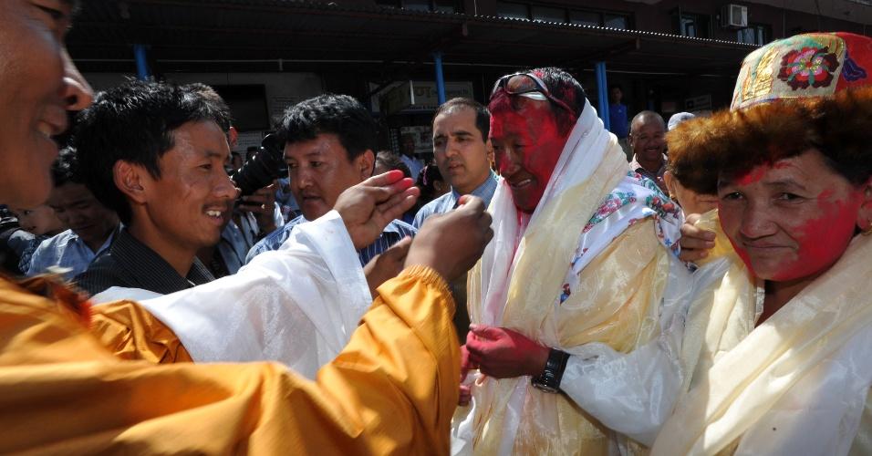 4.jun.2012 - O montanhista nepalês Kame Sherpa é recepcionado pela família e amigos no Aeroporto Tribhuvan, em Katmandú, no Nepal, após completar várias escaladas do Monte Everest