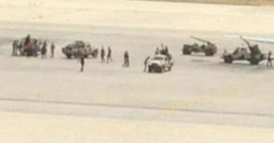 4.jun.2012 - O presidente do Conselho Nacional de Transição (CNT) líbio, Mustafa Abdel Jalil, iniciou negociações diretas com milicianos que invadiram nesta segunda-feira (4) o aeroporto de Trípoli, em protesto pelo suposto sequestro de seu líder