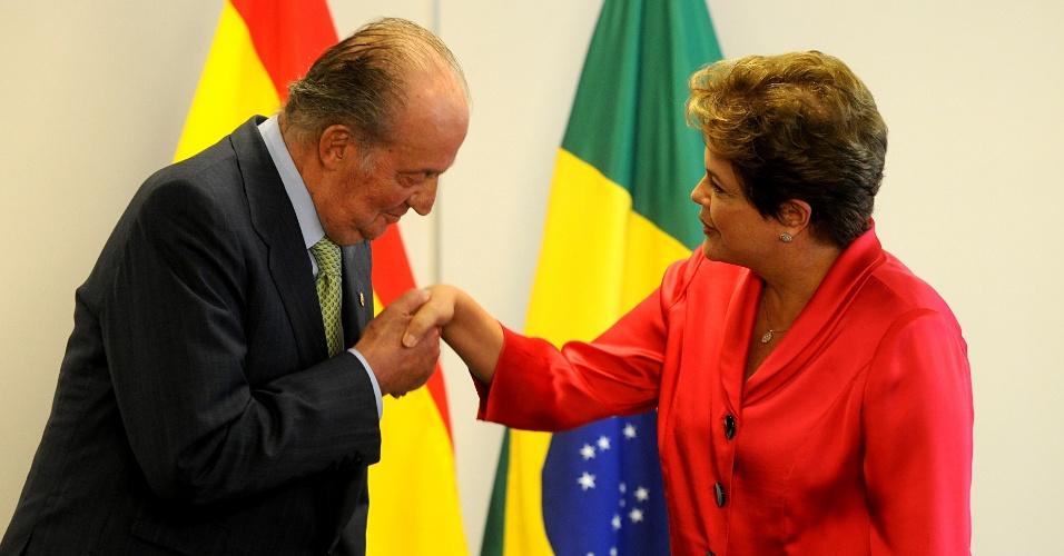 4.jun.2012 - O rei Juan Carlos beija a mão da presidente Dilma Rousseff durante audiência no Palácio do Planalto, em Brasília. O rei está no Brasil para uma visita oficial de um dia