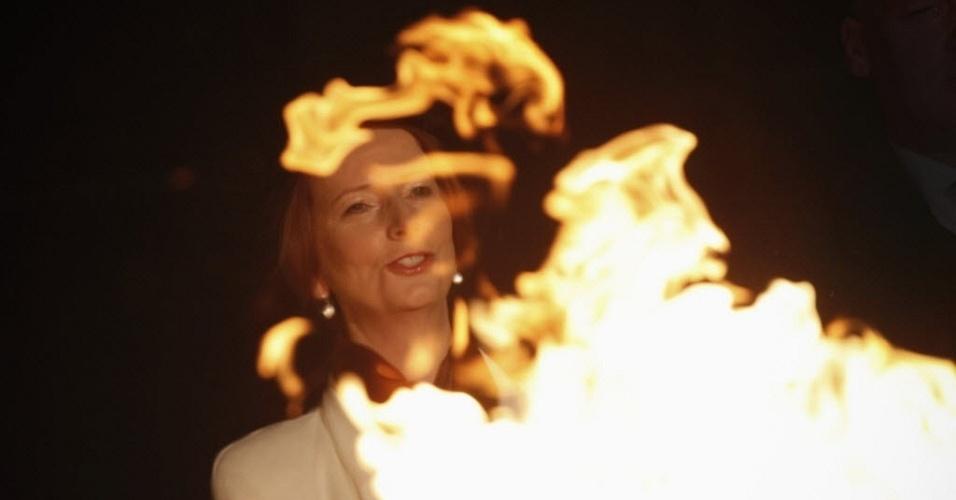 4.jun.2012 - Premiê australiana, Julia Gillard, acende farol cerimonial que marca o jubileu de diamante da rainha britânica, Elizabeth II, na sede do Parlamento em Canberra, capital da Austrália