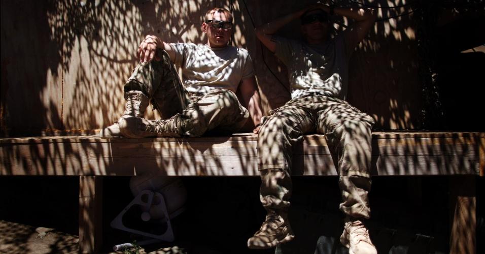4.jun.2012 - Soldados norte-americanos descansam em posto de observação na província de Kunar, no Afeganistão
