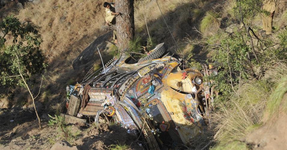 4.jun.2012 - Soldados se preparam para levantar destroços de ônibus que caiu em ribanceira no vilarejo de Narr, no Paquistão