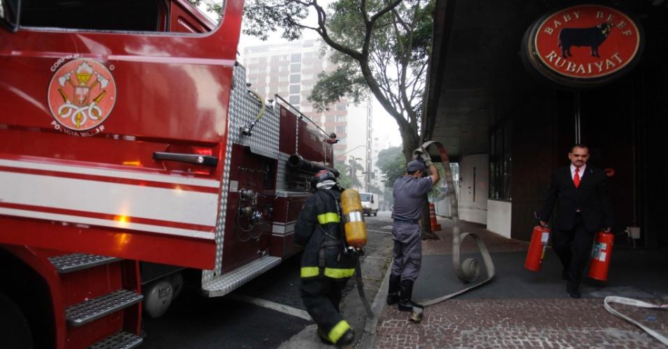 4.jun.2012 - Um incêndio atingiu o restaurante Baby Beef Rubaiyat no início da manhã desta segunda-feira (4), na alameda Santos, próximo à avenida Paulista, na região central de São Paulo. Três viaturas do Corpo de Bombeiros controlaram o fogo. Não houve vítimas