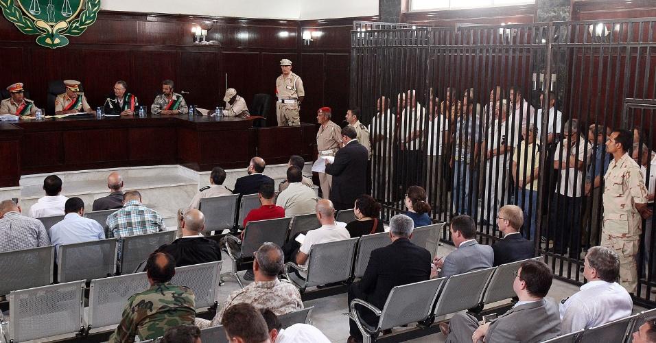 4.jun.2012 - Um tribunal militar líbio condenou nesta segunda-feira (4) 19 ucranianos, três bielorrussos e um russo a dez anos de prisão com trabalhos forçados sob a acusação de terem atuado como mercenários do ex-ditador líbio Muammar Gaddafi. Um russo, apontado como o coordenador do grupo, foi condenado à prisão perpétua