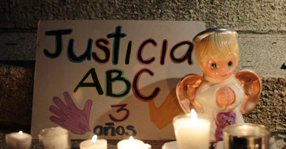 4.jun.2012 - Velas são acesas ao lado de boneco de anjo após parentes de vítimas de incêndio em creche no dia 5 de junho de 2009 em Sonora, no México, marcharem em protesto à ação das autoridades federais e locais na Cidade do México