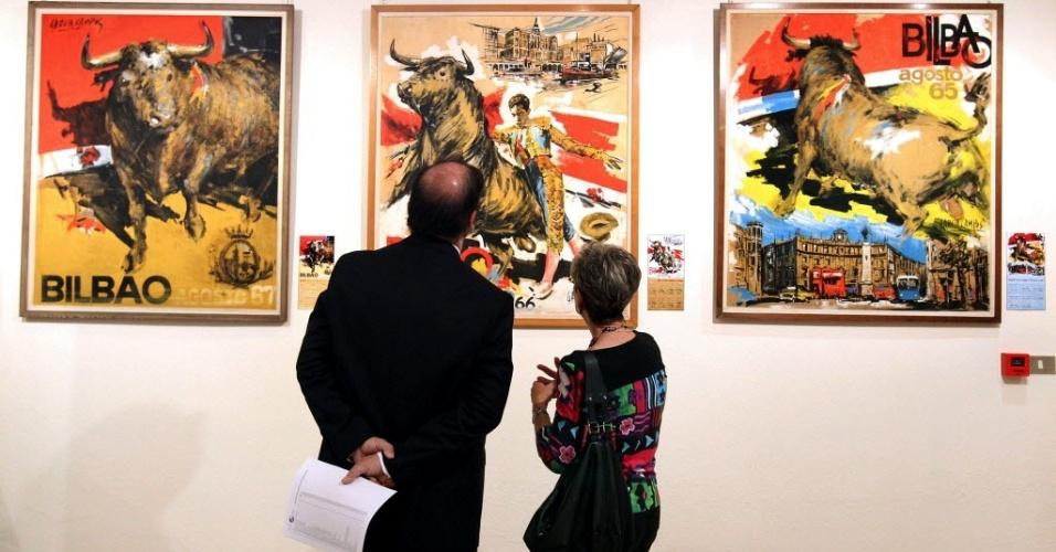 4.jun.2012 - Visitantes observam quadros de exposição de cartazes originais chamando para as touradas de Bilbao nos últimos 50 anos