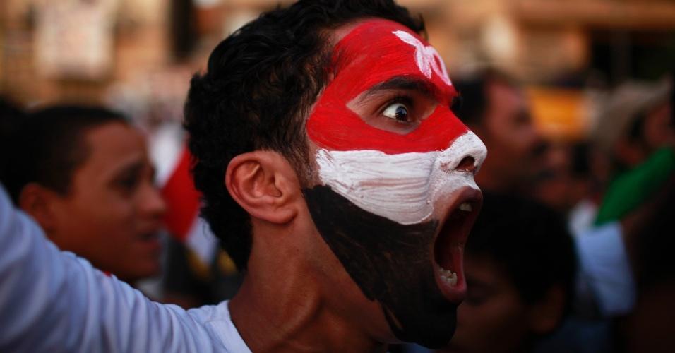 4.jun.2012 ? Egípcio grita slogans durante protesto na praça Tahrir, no Cairo, contra o veredicto anunciado ao ex-ditador Hosni Mubarak, que foi condenado à prisão perpétua