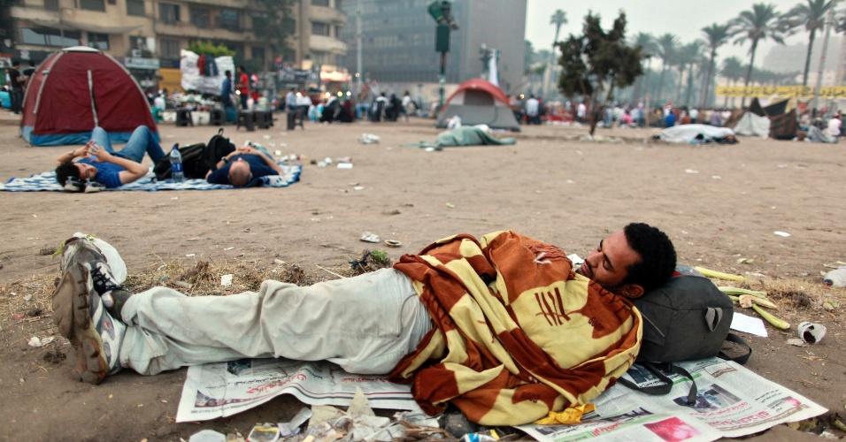 4.jun.2012 - Homem dorme durante ocupação da Praça Tahrir, no Cairo (Egito), após a sentença de prisão perpétua ao ex-presidente do país, Hosni Mubarak