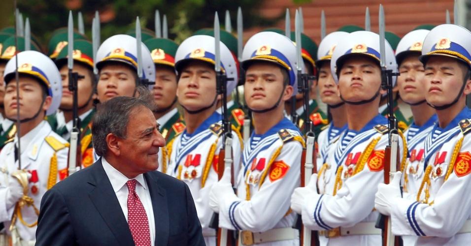 4.jun.2012 - O secretário de Defesa dos Estados Unidos, Leon Panetta, inspeciona a guarda de honra durante cerimônia de boas vindas no Ministério da Defesa em Hanói, no Vietnã