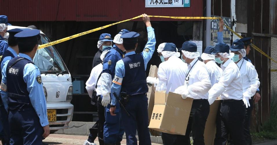 4.jun.2012 - Policiais inspecionam a residência onde Naoko Kikuchi, antiga membro da seita Verdade Suprema - responsável pelo atentado com gás sarin em 1995 no metrô de Tóquio -, foi capturada após 17 anos foragida em Tóquio, no Japão