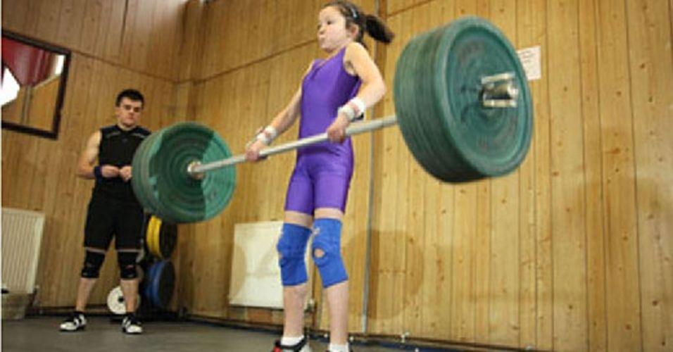 A inglesinha Charley Craig, de 11 anos, que vive em Glasgow, no Reino Unido, pode levantar quase o mesmo peso do seu próprio corpo acima de sua cabeça. E por este feito ela é conhecida como a estudante mais forte do país. Vai encarar?