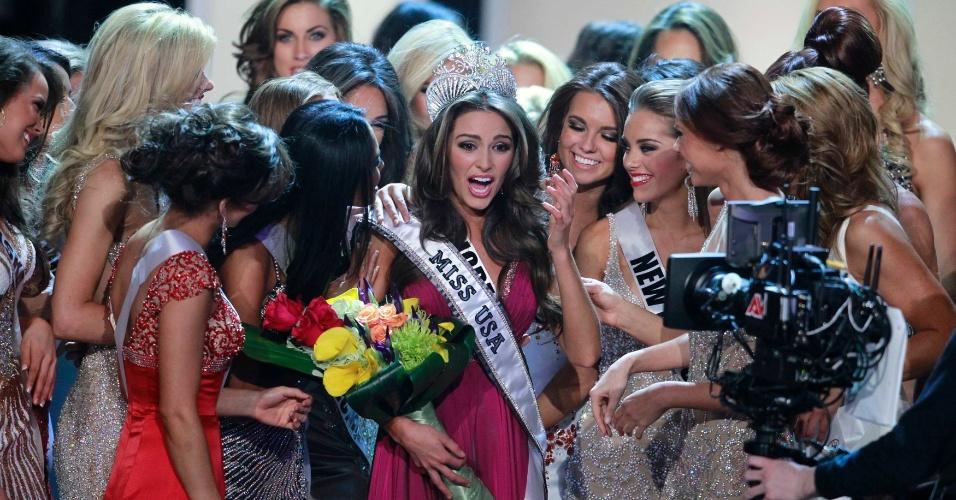 A Miss Rhode Island, Olivia Culpo (centro), é parabenizada pelas demais concorrentes após ser coroada Miss EUA 2012, durante o concurso celebrado em Las Vegas, no Estado de Nevada