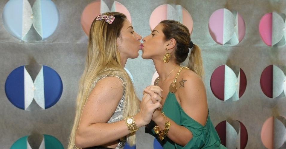Ana Paula e Tatiane Minerato trocaram um selinho durante visita ao Salão Moda Brasil, que está acontecendo no expo Center Norte, em São Paulo (4/6/12)