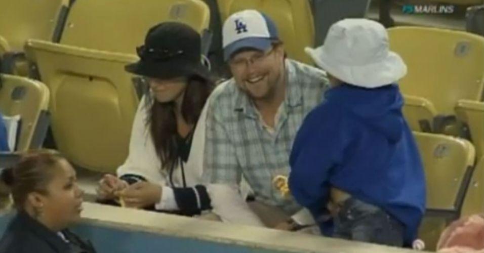 Beisebol é normal, mas esse torcedor merece menção neste álbum por seu mau exemplo... como pai. Ele deixou a filha cair no chão para pegar bola num jogo de beisebol! Uma rede de TV que transmitia o jogo flagrou o momento. Depois ele deu essa risada amarela...