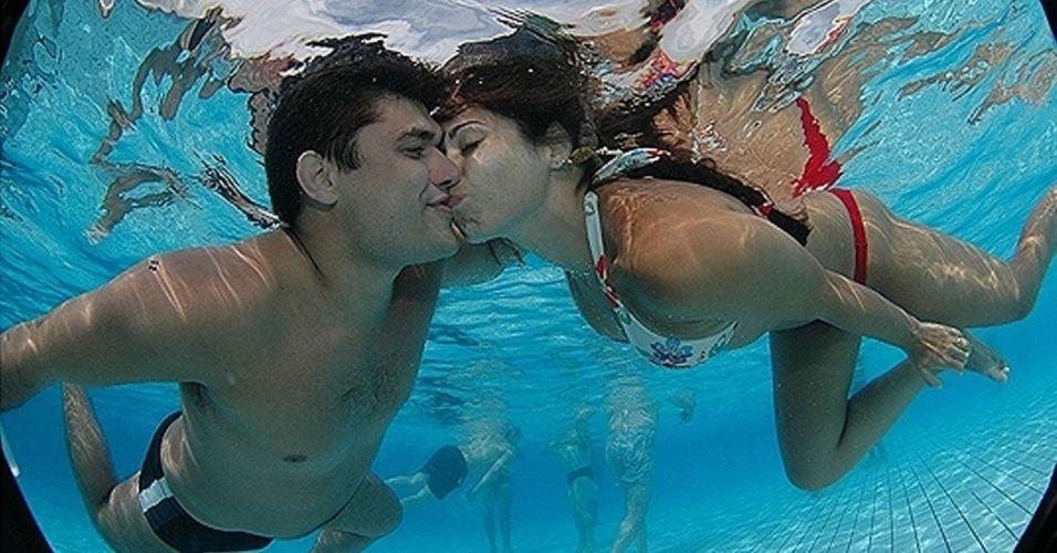 Bem que esse esporte podia pegar: campeonato de beijo embaixo d'água. É simples... Os participantes mergulham e tentam permanecer o maior tempo possível se beijando embaixo d´água. Ganha quem ficar mais tempo