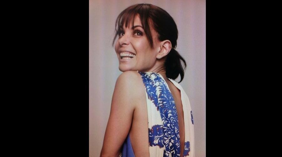 Carolina Ferraz voltou a exibir a franja nos cabelos em foto de bastidor de ensaio divulgada por meio de sua página do Twitter (4/6/12)