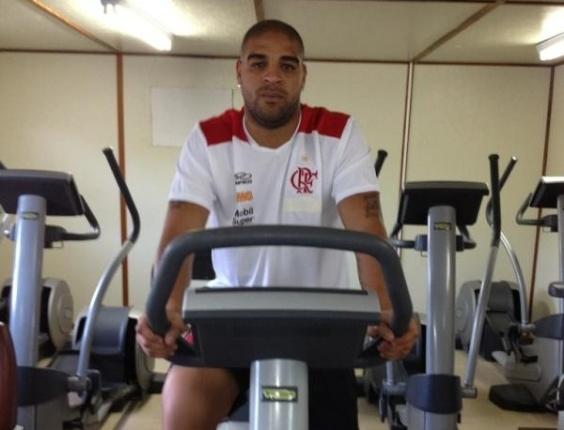 Com uniforme do Flamengo, Adriano faz exercício no Ninho do Urubu (04/06/2012)