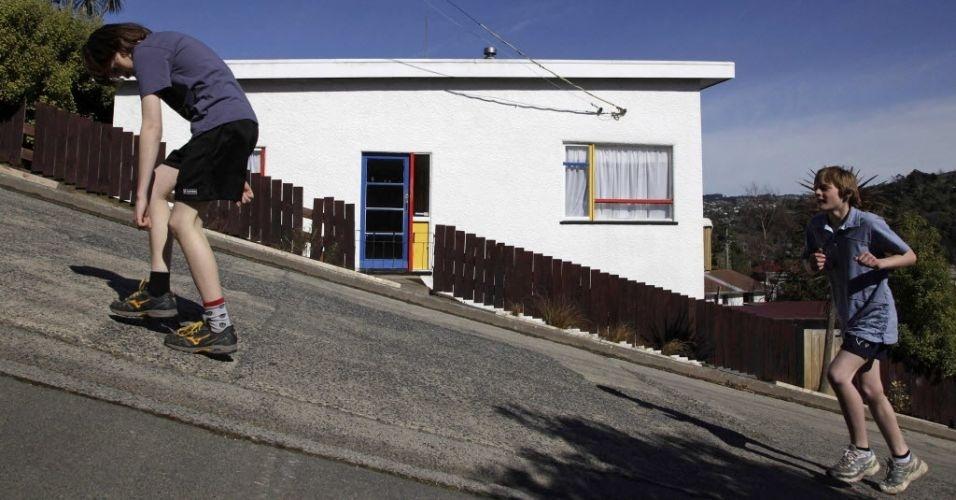 Corrida pela rua mais íngreme do mundo, na Nova Zelândia. Na imagem, competidor exibe todo seu preparo e um pique de dar inveja à crise de 1929
