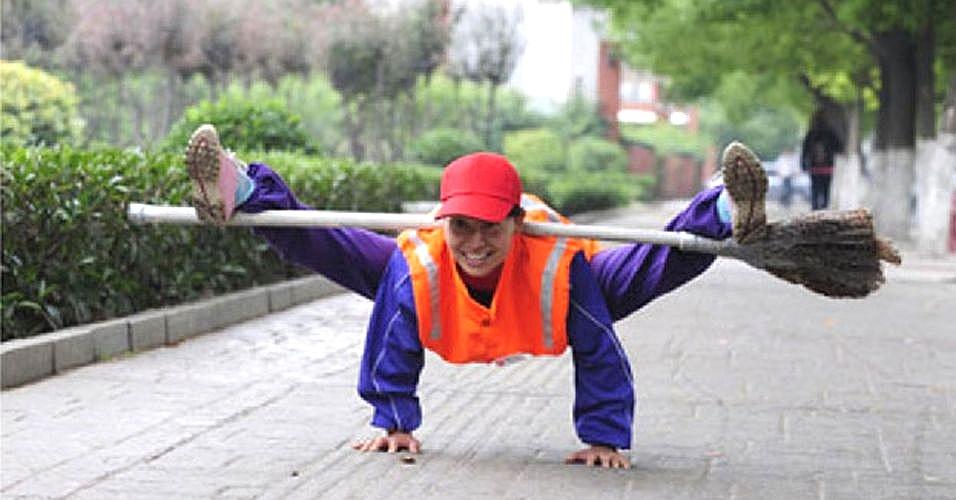 Essa gari chinesa é tão fã de esportes que não para de se agitar nem no trabalho. Ela tornou-se celebridade local na cidade em que vive por seu hábito saudável de usar a vassoura como uma ferramenta de exercícios para manter a forma. Belo exemplo!