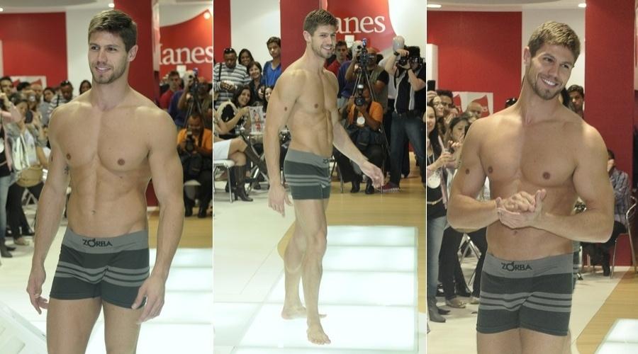 Ex-BBB Jonas desfilou de roupa íntima no Salão Moda Brasil, que está acontecendo no expo Center Norte, em São Paulo (4/6/12)