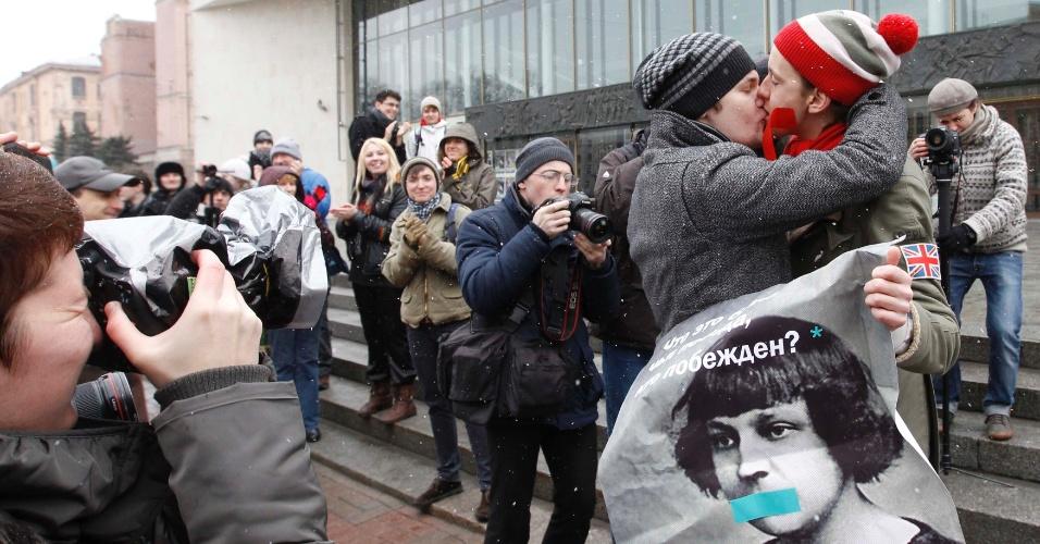 Fotógrafos registram beijo de ativistas dos direitos gay durante protesto em São Petersburgo, Rússia