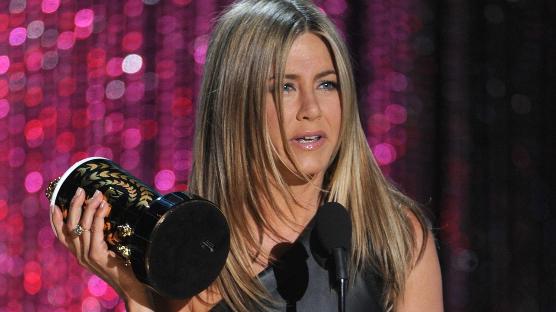 Jennifer Aniston agradece o prêmio de Melhor Canalha pelo filme