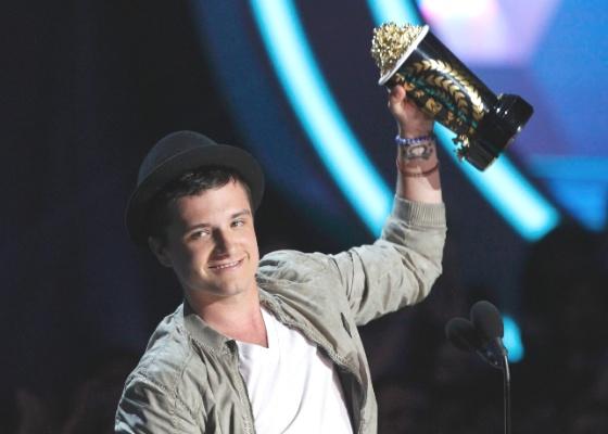 Josh Hutcherson ganha prêmio de melhor performance masculina no MTV Movie Awards (3/6/12)