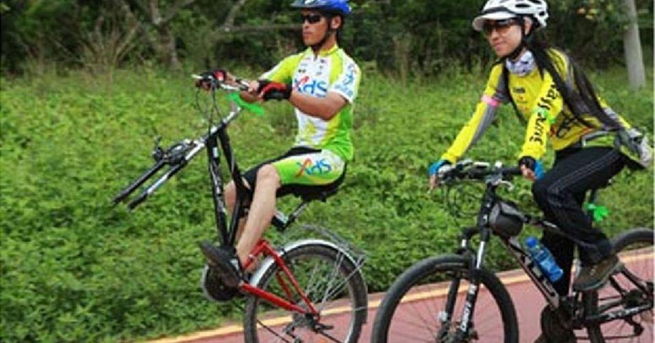 Li Qingyou, um chinês de 24 anos, encontrou uma maneira inovadora de deixar a sua bicicleta a salvo de ladrões: ele tirou a roda da frente! Mas ele confessa que não consegue pedalar por distâncias muito longas nem a uma velocidade muito alta. Mas, fora isso, é uma ótima ideia. Ou não