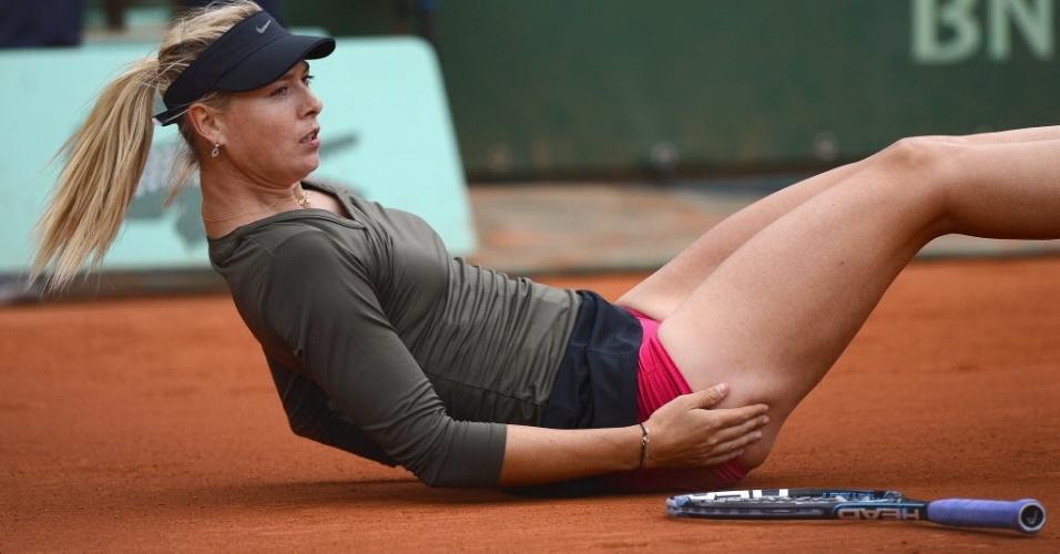 Maria Sharapova cai em quadra durante duelo contra Klara Zakopalova pelas oitavas em Paris