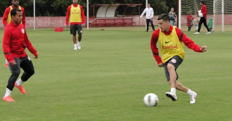 Meia D'Alessandro treina entre os titulares do Inter na manhã desta segunda-feira (04/06/2012)