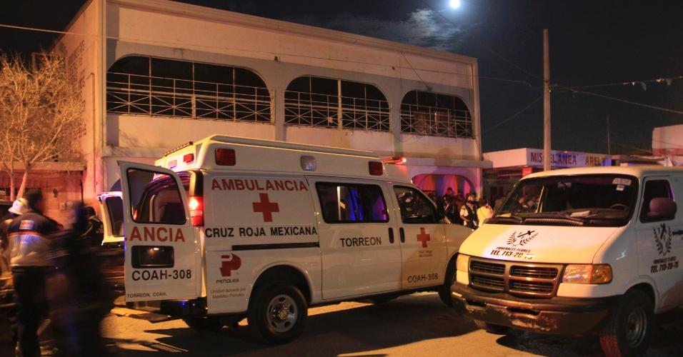 Membros da Cruz Vermelha esperam ao lado de ambulâncias em frente a clínica de reabilitação para dependentes químicos que foi atacada por um homem armado em Torreon, no México