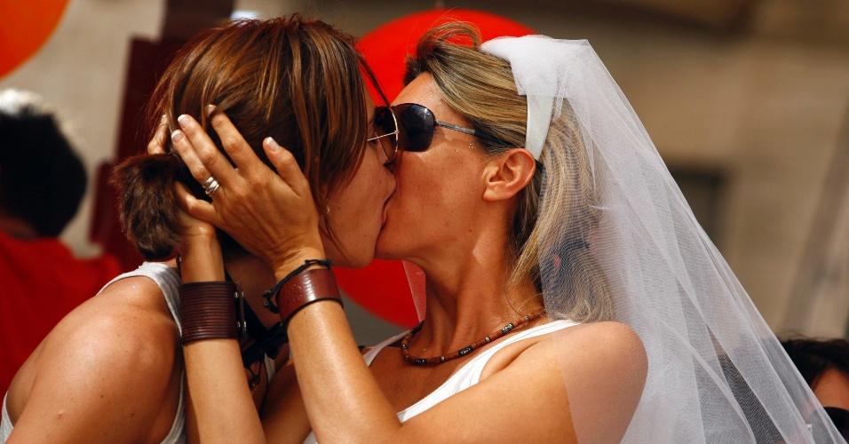 Mulheres trocam beijo durante Parada Gay em Roma, Itália