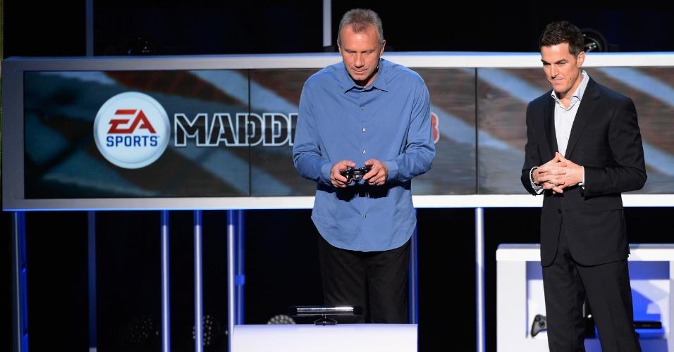 O comentarista e ex-quarterback Joe Montana subiu ao palco em seguida para mostrar o novo jogo da série