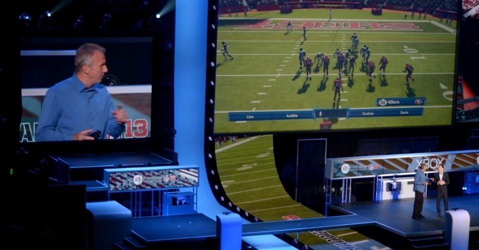 O ex-jogador de futebol americano Joe Montana mostrou o funcionamento do plano de jogo usando o Kinect em