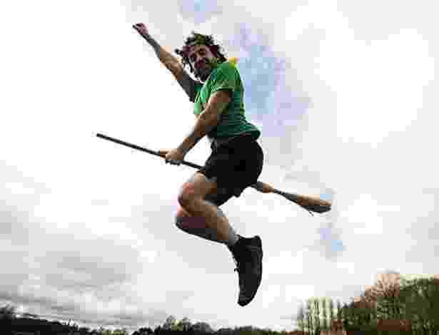 O Quadribol, esporte fictício jogado com bolas e vassouras nos livros e filmes do bruxinho Harry Potter, começou a ser jogado de verdade no Reino Unido - Reprodução/Metro.co.uk