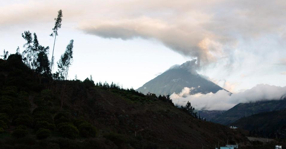 O vulcão Tungurahua solta nuvem de gás no Equador